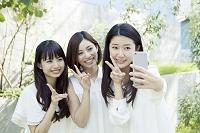 自撮りする20代日本人女性