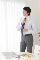 出勤前の身支度をする日本人ビジネスマン