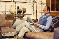 新聞を読む中高年日本人男性の横顔