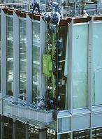 建設中のビル 窓ガラス吸盤機