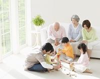 リビングで遊ぶ日本人の三世代家族