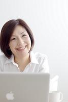パソコンをする中年日本人女性