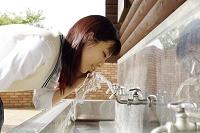 水を飲む女子高校生