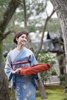 日本庭園を歩く着物の日本人女性