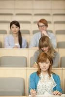 講義を聞く留学生と大学生