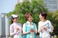 休憩中の中高年日本人女性