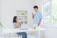 コーヒーブレイクするカップル