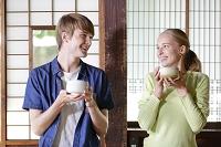 抹茶を飲む若い外国人カップル