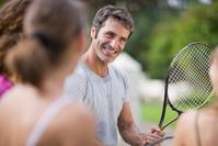 テニスを教える男性
