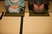 正座する中高年夫婦