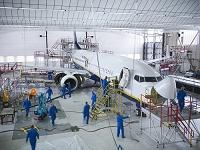 飛行機格納庫で働く人々