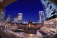 東京都 東京駅と駅前広場のイルミネーションの夜景