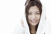 タオルで髪の毛を拭く若い日本人女性
