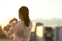 ウォーミングアップをする日本人女性