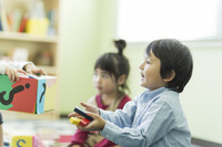 幼児教室でおもちゃを受け取る日本人の子供