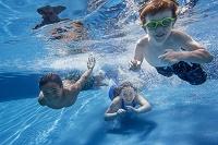 水泳をしている外国人の子供たち