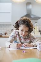 クリスマスカードを書く子供