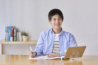 自宅でオンライン学習する男の子