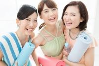 ヨガマットを持つ日本人女性