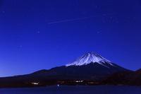 山梨県 本栖湖より富士山と星