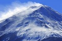 山梨県 雪煙あがる真冬の富士山