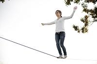 綱渡りをする女性
