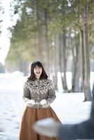 雪合戦をする日本人の女の子