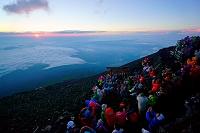 山梨県 富士山頂上からのご来光と歓喜の人々
