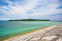 沖縄県 うるま市 海中道路から望む平安座島と金武湾