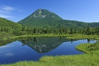 北海道 知床 羅臼湖遊歩道沿いの三の沼と羅臼岳