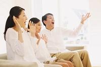 テレビを見て驚く日本人家族