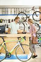 自転車店で自転車を買う女性