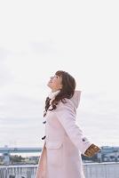 冬服で出かける日本人女性