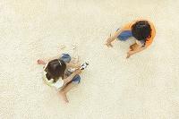 リビングで遊ぶ男の子と女の子の俯瞰写真