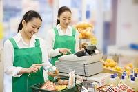レジに立つ日本人女性店員