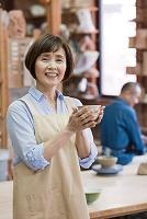 茶碗を持つシニア日本人女性