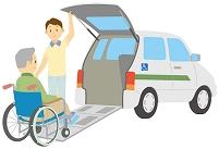 車椅子で車に乗る老人男性と介護士
