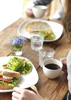 カフェでワンプレートランチを食べるカップル