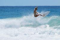 サーフィンをする外国人の若者