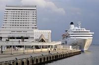 兵庫県 神戸港に小雨の中入港するぱしふぃっくびいなす