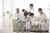 ソファに座る3世代家族