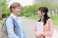 立ち話をする大学生