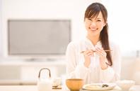 お箸を持っている日本人女性