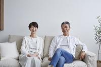 リビングでくつろぐ日本人シニア夫婦