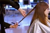 ヘアサロンで髪を切る長い髪の女性