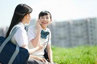 スマートフォンで通話する女子高校生