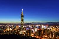 台湾 台北市 夕暮れの台北101と台北市街