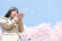 花びらを吹く女子高校生