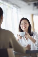 カフェで談笑する女性