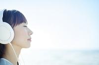 目を閉じて音楽を聞く日本人女性